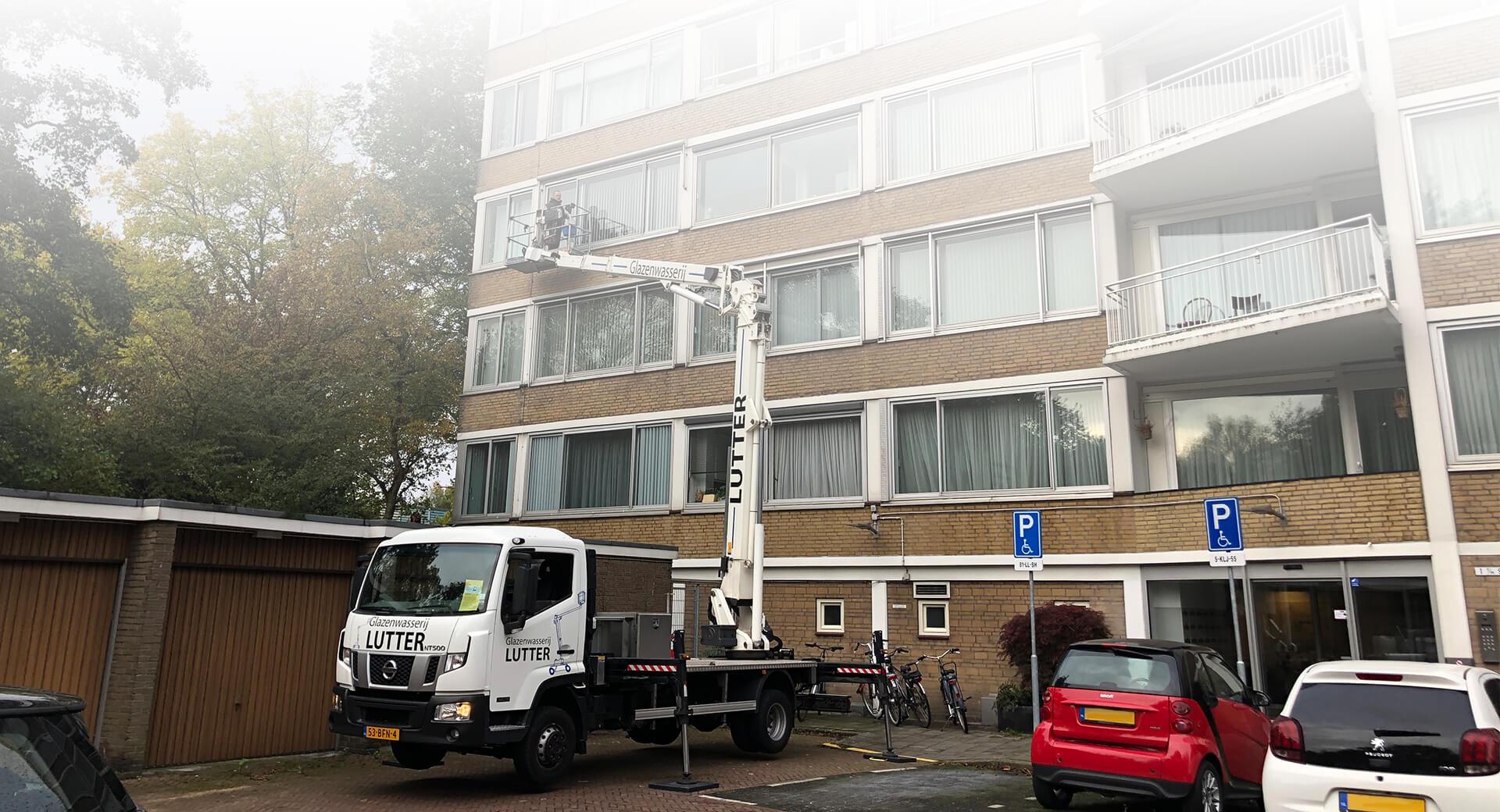 Glazenwasser Amsterdam met hoogwerker